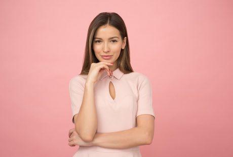 femme belle fond rose